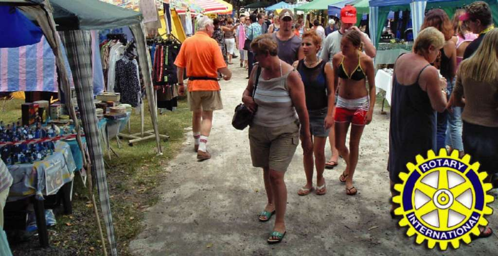 people shopping at Uvongo Flea Market